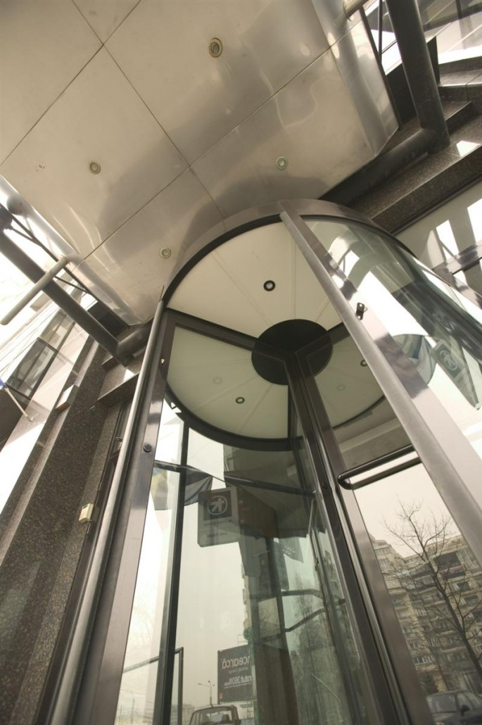 Usa rotativa automata la Alpha Bank Bucuresti