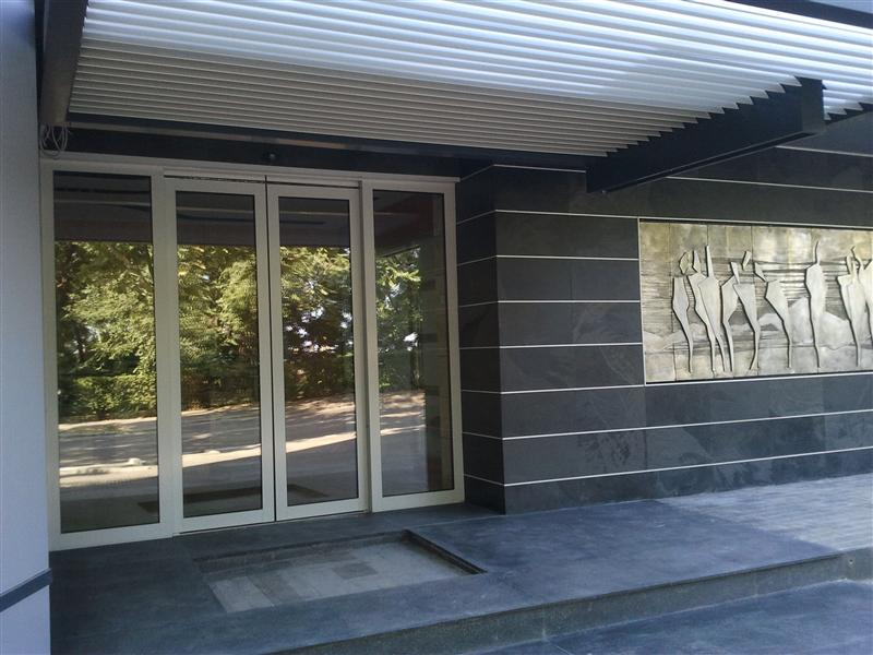 Intrare cu usa automata la centrul de afaceri GMB Constanta