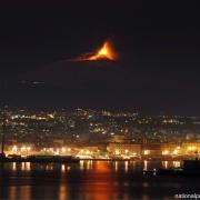 Eruptia Etnei vazuta din Catania - Sursa - Tumblr.com - O luna de vacanta