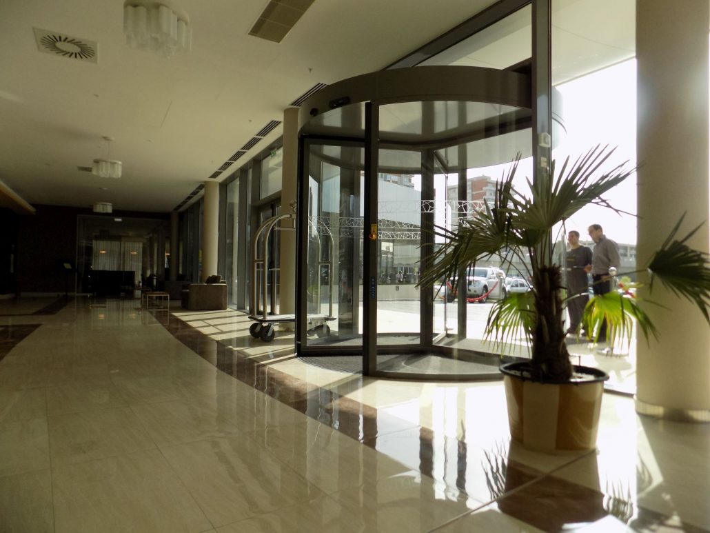 Usi rotative Hoteluri - Ramada Plaza Craiova, usi automate, usi rotative automate.