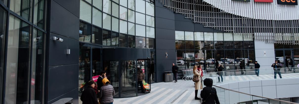 Usi rotative cu 3 aripi canaturi Record Blasi la deschidere Veranda Mall
